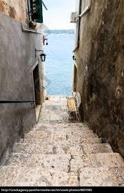 schmale treppen schmale treppe zum meer in rovinj kroatien stockfoto 6601965