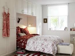 Decorating Small Bedrooms Best 25 Bed Between Windows Ideas On Pinterest Transitional Bed