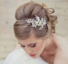 Hochsteckfrisurenen Hochzeit Mit Perlen by Eine Hübsche Brautfrisur Mit Diadem Für Ihre Hochzeit
