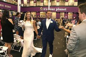 cincinnati couple marry at their local gym where they met daily