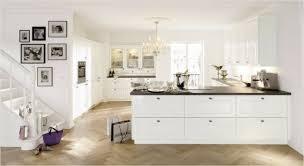 cuisine blanche parquet 73 idées de cuisine moderne avec îlot bar ou table à manger