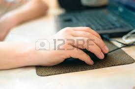 bureau en gros souris gros plan sur la féminine tenant souris d ordinateur au bureau