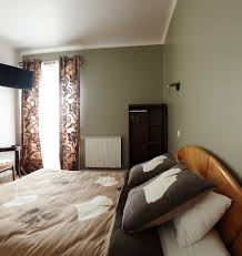 tv dans chambre chambre avec tv et wifi wc et toilettes privatifs photo de les