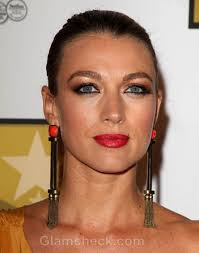 dramatic earrings natalie zea sports dramatic earrings at tv awards show