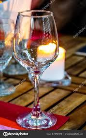 sur la table wine glasses verres à vin et une bougie allumée sur la table le soir