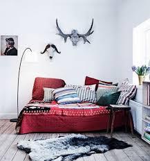 lit transformé en canapé accumulation de coussin pour transformer un grand lit en canapé my
