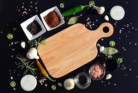 composition du sel de cuisine planche à découper et poivre vides feuille de laurier romarin