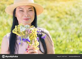 imagenes flores relajantes feliz mujer asiática con flores relajantes en co foto de stock