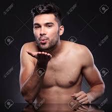 baise au bureau homme derrière un bureau vous envoie un baiser dans les airs