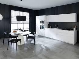 cuisine mur noir carrelage noir et blanc cuisine