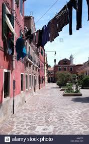 Haus Zu Gasse In Burano Mit Wäsche Von Haus Zu Haus Stock Photo Royalty