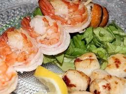 cuisiner des crevettes recette de brochettes de crevettes et jacques poêlées la