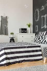 chambre avec lit noir chambre féminine en noir et blanc avec lit et mur de tableau noir à