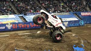 grave digger 30th anniversary monster truck grave digger and monster mutt freestyle youtube