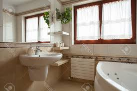 what color to paint bathroom walls with beige tile white soaking
