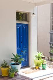 deco entree exterieur une entree avec des plantes vertes dans des pots colores c est une