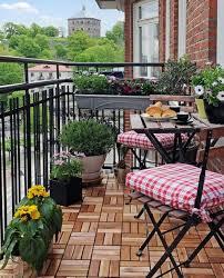 kleine balkone kleiner balkon mit klappbaren möbel blumen balcones ideas