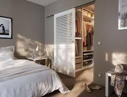 chambre et dressing dressing femme cacher et ranger les vêtements en beauté le