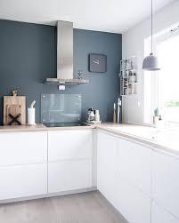 cuisine mur et gris mur gris bleu sur cuisine blanche contraste aménagement de la
