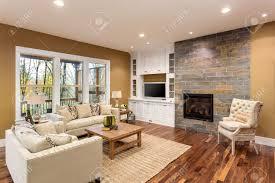 salon du luxe belle salon intérieur avec parquet et cheminée dans la nouvelle
