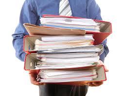 de sexe dans un bureau employé de bureau de sexe masculin portant une pile de dossiers