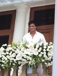 eid mubarak srk and his son abram greet fans at mannat