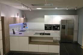 moderne keller keuken in wit gecombineerd met rustic oak en dekton