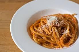 la vraie cuisine italienne les bucatini à l amatriciana sont l une des icônes de la cuisine