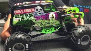 grave digger 30th anniversary monster truck axial smt10 monster jam grave digger unboxing youtube