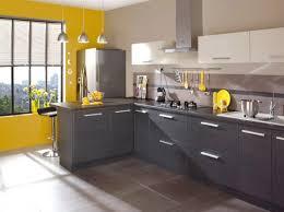 cuisine moderne jaune contraste et luminosité apportée à cette cuisine moderne et sobre en