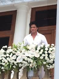 Srk House by Photos Shah Rukh Khan Son Abram Greet Fans On Eid At Mannat See