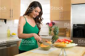 femme dans la cuisine photo de femme dans la cuisine à préparer des encas de melon