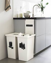 rangement poubelle cuisine deux grandes poubelles blanches à côté d un plan de travail de