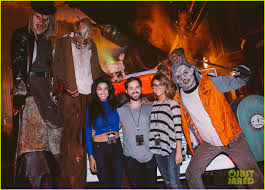 can you go to halloween horror nights pregnant friendly exes mandy moore u0026 wilmer valderrama reunite at halloween