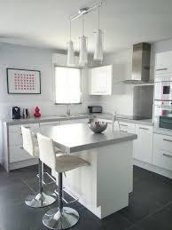 plan ilot central cuisine cuisine ouverte avec îlot central tons blanc et gris open plan