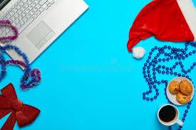le de bureau bleu bureau bleu avec l ordinateur portable le coffe d articles de