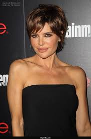 lisa rinnas hairdresser lisa rinna modern pixie haircut for a 50 years old lady stylewu