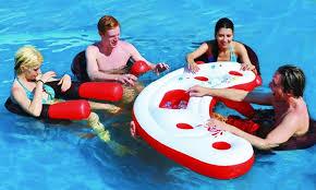 siege de piscine gonflable ce bar flottant pour piscine fait débarquer nos amis