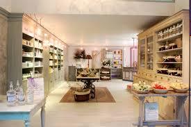 espaco e amplo e seu layout de 300 m2 foi dividido em quatro luxury furniture retail store