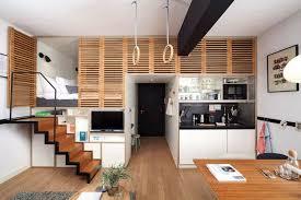 cuisine petit espace design aménagement petit espace sol en parquet massif escalier droit
