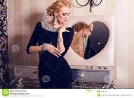 Robe De Chambre Luxe Femme by Femme Avec Les Cheveux Blonds Dans La Robe De Luxe Avec Des