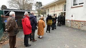 bureau de vote nantes nantes un candidat aux législatives tracte devant un bureau de vote