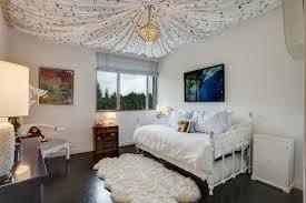 deco plafond chambre design interieur deco plafond chambre enfant tapis coussins