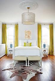 tapis de chambre adulte decoration rideaux chambre adulte jaune moutarde tapis peau zèbre