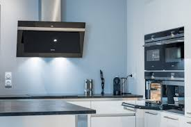 ensemble electromenager cuisine cuisine siematic moderne en laque blanche avec un îlot central à