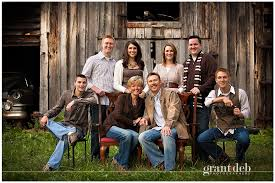 this color scheme for family portraits great idea with the
