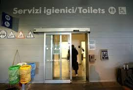 spiare in bagno viaggio tra i bagni pubblici di sono pochi gratuiti e