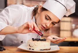 chef cuisine femme femme chef cuisinier prépare un gâteau sucré dans la cuisine