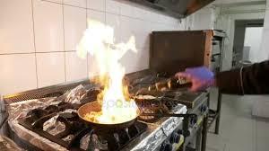 sexe dans la cuisine cuisinière professionnelle de sexe masculin dans restaurant cuisine