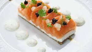 cuisiner du saumon la tartine de saumon fumé écume de lait au raifort recette par